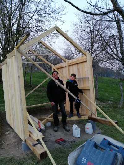 Raphael P construit une cabane