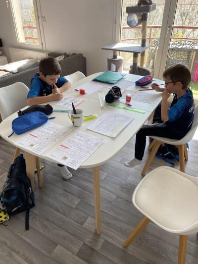 L'école à la maison selon Lucas et Hugo